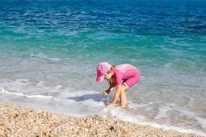 meisje genieten van vrije tijd op het strand