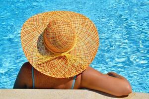 echte vrouwelijke schoonheid genieten van haar zomervakantie foto