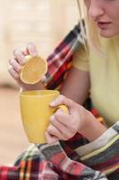 mooie jonge zieke vrouw geniet van een drankje foto