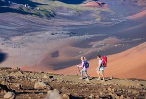 wandelaars genieten van een wandeling op een geweldig bergpad foto