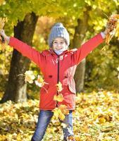 mooi jong meisje genieten van de herfst vallen foto