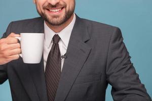 vrolijke mal verslaggever geniet van hete thee foto