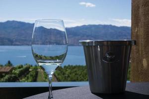 klaar om te genieten van een glas wijn foto