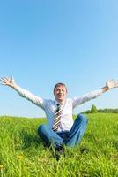 gelukkig zakenman geniet van de zon in de natuur foto