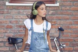 jonge mooie vrouw geniet van muziek met een koptelefoon foto