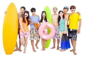 gelukkige jonge groep genieten van zomervakantie concept foto