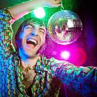 Disco dans gelukkig vintage man genieten van feest