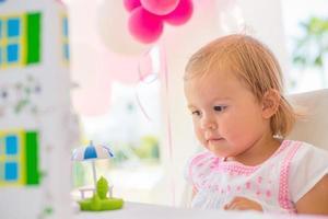 lief klein meisje geniet van haar verjaardagscadeau foto