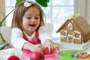 een jonge brunette vrouw genieten van kerstactiviteiten