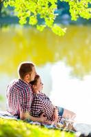 gelukkige jonge paar genieten van picknick. getinte afbeelding foto