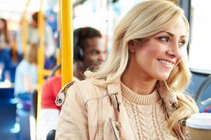 vrouw genieten van afhaalmaaltijden drankje op busreis foto