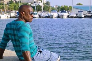 knappe zwarte man ontspannen en genieten van de zomer. foto