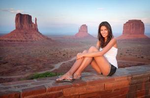 Monument Valley, mooie toerist die van het uitzicht geniet (XXXL) foto