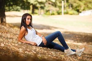 jonge vrouw genieten van haar tijd buiten in het park foto