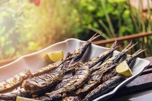 gebarbecued sardines op de vensterbank. foto