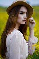 mooie vrouw in het veld foto