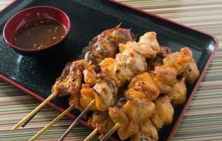 heerlijke barbecue kip gegrild voedsel aan het spit foto