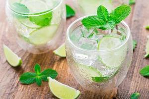 cocktail met limoen en munt