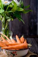 jonge aardappelen en wortels foto