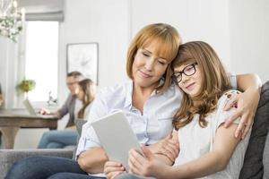 liefhebbende moeder en dochter met behulp van tablet pc foto