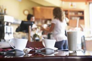 serveerster die vrouwelijke klant in caf? bedient foto