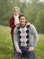 Duitsland, Schwäbische bergen, vader en dochter glimlachen