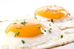 een close up van gebakken eieren met kruiden foto
