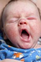 geeuwende baby foto