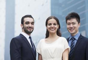 portret van drie lachende mensen uit het bedrijfsleven, buitenshuis foto