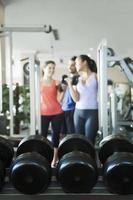 drie mensen gewichtheffen, focus op de gewichten foto