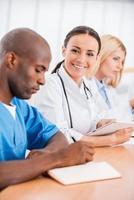 arts tijdens de vergadering. foto