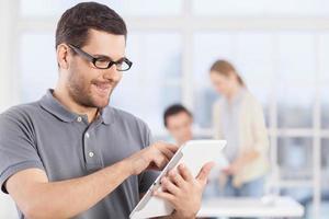 man met digitale tablet. foto