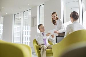 mensen uit het bedrijfsleven werken in de lobby van het kantoor