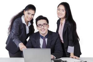 drie bedrijfsmedewerkers met laptop geïsoleerd foto