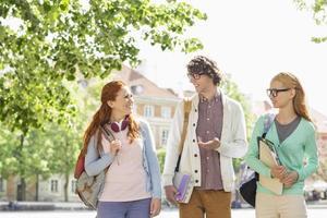 jonge studenten praten tijdens het lopen op straat