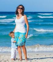 moeder met zoon op strand foto