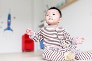 schattige baby naar voren kijken foto