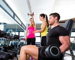 halter man op gym training fitness Gewichtheffen foto