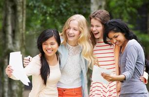 vier tienermeisjes vieren succesvolle examenresultaten foto