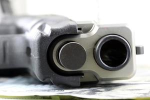 wapens en geld financiële zekerheid concept foto