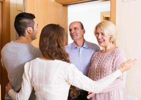 volwassen mensen die volwassen kinderen bezoeken