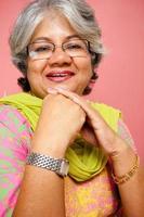 vrolijke traditionele Indiase aantrekkelijke volwassen volwassen vrouw foto
