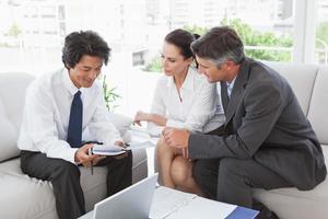 business team kijkt over notities foto