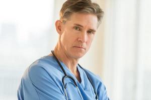 portret van vertrouwen mannelijke chirurg foto