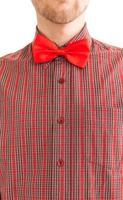 man in shirt met rode vlinderdas foto