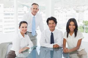 glimlachend commercieel team in een bureau foto