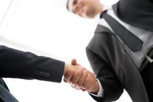 zakelijke man en vrouw handdruk op kantoor