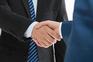 mensen uit het bedrijfsleven handshaking foto