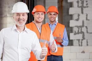 succesvolle bouwers uiten hun positieve emoties foto