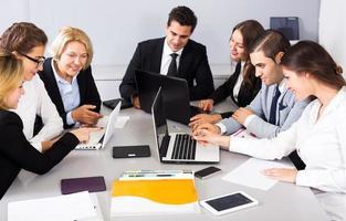 zakelijke bijeenkomst van multinationaal managementteam foto